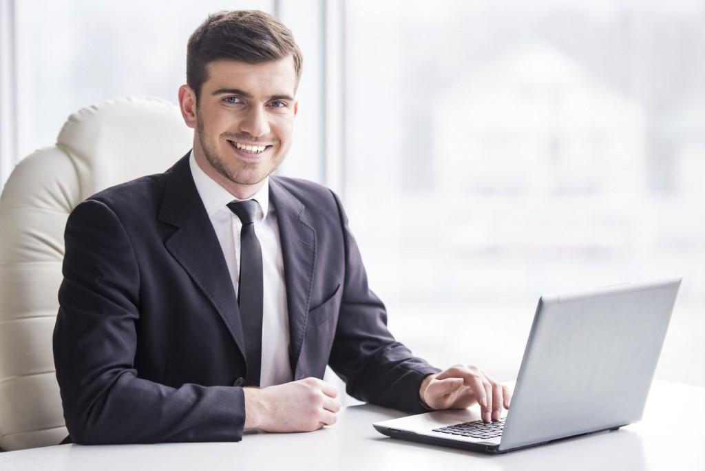 парень за рабочим столом в костюме фото одном фото